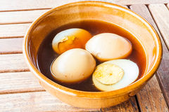 Сваренные вкрутую яичка тушат сладостную подливку Стоковое Фото