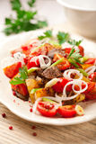 сваренные картошки Тироль лотка луков мяса Стоковые Изображения