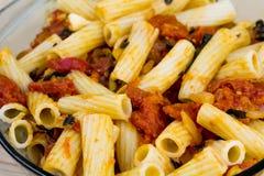 Сваренные макаронные изделия с соусом tomatoe Стоковые Изображения