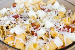 Сваренные макаронные изделия с сыром и соусом Стоковое Фото