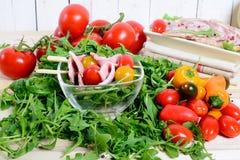 Сваренные мяс и салат стоковые фото