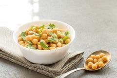 Сваренные нуты на белой еде шара, здоровых и вегетарианских стоковые фотографии rf