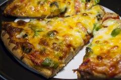 Сваренные домодельные куски пиццы Veggie Стоковое Изображение RF