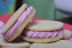 Сваренные сэндвичи зефира Они лежат на плите Затем на плите зефир различных размеров стоковые изображения