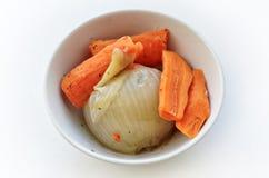 Сваренные луки и моркови в круговой чашке Стоковая Фотография RF
