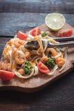 Сваренные tagliatelle и schrimps макаронных изделий Стоковые Фото