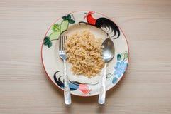 Сваренный коричневый рис на плите Стоковые Изображения