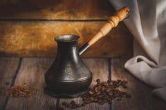 Сваренный кофе в cezve на деревянной поверхности Стоковые Фотографии RF
