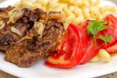 Сваренный на домодельных макаронных изделиях с зажаренным мясом свинины или говядины, и белизне Стоковое Изображение RF