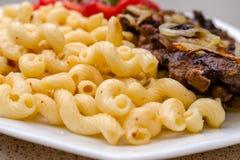 Сваренный на домодельных макаронных изделиях с зажаренным мясом свинины или говядины, и белизне Стоковая Фотография RF