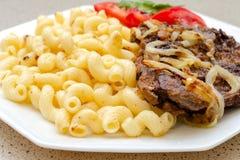 Сваренный на домодельных макаронных изделиях с зажаренным мясом свинины или говядины, и белизне Стоковые Фотографии RF