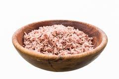 Сваренный рис Брайна на белой предпосылке и сделанный путь работы к cli Стоковая Фотография RF