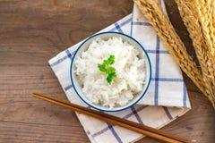 Сваренный рис в шаре с палочками Стоковое Изображение RF