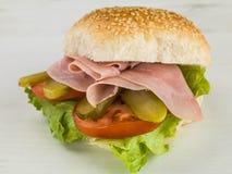 Сваренный салат ветчины с корнишоном маринует хлебец семени сезама или сандвич плюшки Стоковая Фотография