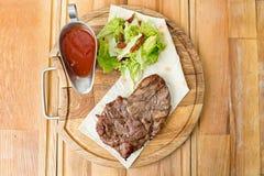 Сваренный стейк на деревянной доске Стоковое Изображение