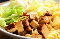 Сваренный тофу с салатом макаронных изделий, который служат в белом шаре стоковое фото rf
