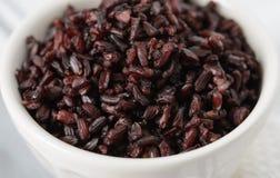 Сваренный черный рис в шаре Стоковое Фото