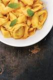 Сваренный Tortellini в белом шаре Стоковое Фото