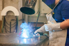 Сваривать в промышленной фабрике Стоковая Фотография RF