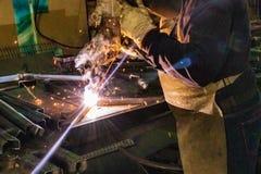 Сваривая мастер преобразовывая металл стоковая фотография