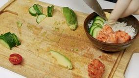 Сварите подготовку закуски, традиционный свежий гавайский сырцовый тунец Ahi засуньте сток-видео
