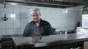 Сварите подготавливать блюдо на ресторане кухни видеоматериал
