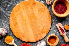 Сварите рабочее место с инструментами кухни и backgrou серого цвета сладостного перца Стоковое Изображение