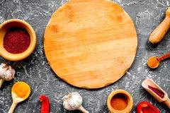 Сварите рабочее место с инструментами кухни и backgrou серого цвета сладостного перца Стоковое Изображение RF