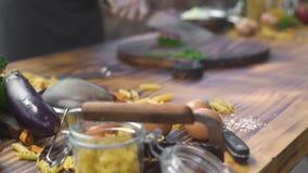 Сварите резать травы на деревянной доске на кухонном столе Шеф-повар подготавливая вегетарианскую еду на кухне ресторана процесс акции видеоматериалы