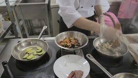Сварите смешайте вверх коктеиль морепродуктов в сковороде сток-видео
