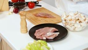 Сварите солить часть сырцового мяса свинины видеоматериал
