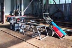 Сварочное оборудование и ленточнопильный станок газа в монтажном цехе стоковая фотография rf