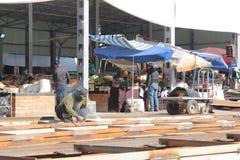 Сварщики в базаре osh в Бишкеке Стоковая Фотография RF