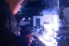Сварщики работая на фабрике сделали металл стоковая фотография rf