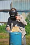 Сварщик в черных работах маски внешних Стоковая Фотография RF