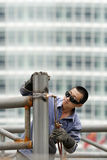 Сварщик занятый на строительной площадке, Пекин, Китай стоковое фото rf