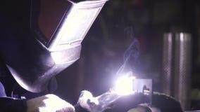 Сварщик конца-вверх в защитной одежде работая с металлом, металлом заварки зажим Процесс заварки сток-видео