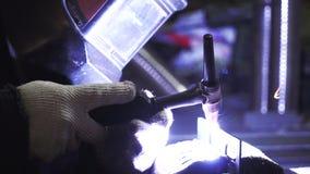 Сварщик конца-вверх в защитной одежде работая с металлом, металлом заварки зажим Процесс заварки видеоматериал