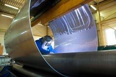 Сварщик на работе в заводе Стоковые Фотографии RF