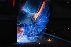 Сварщик на работе со сваривая маской стоковое изображение