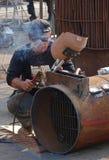 Сварщик подготавливает соединить 2 металла совместно Стоковое Фото