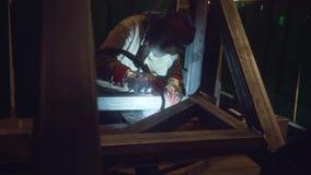 Сварщик работая в его мастерской акции видеоматериалы