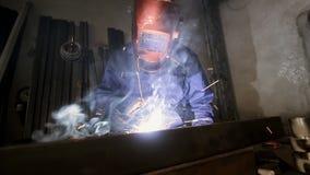 Сварщик работая в производстве сток-видео