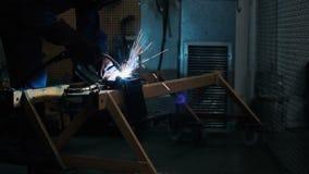 Сварщик работая на ноче сток-видео
