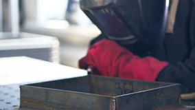 Сварщик работая на фабрике сток-видео