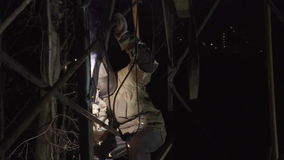 Сварщик сваривает железный каркас в фабрике сток-видео