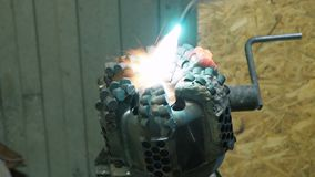 Сварщик сваривает части структуры металла акции видеоматериалы