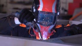 Сварщик человека сваривает части структуры в замедленном движении сток-видео
