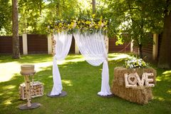 Свадебная церемония в деревенском стиле стоковая фотография