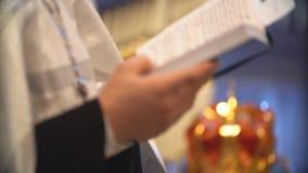 Свадебная церемония в христианской церков 4K видеоматериал
